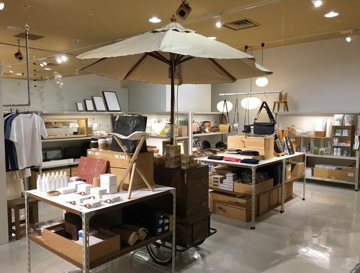Museum Shop_会場内で購入可能な商品が並ぶ.jpg